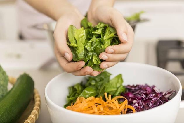 Erst Steak, dann Gemüse? Wie die Essensabfolge den Blutzuckerspiegel steuert