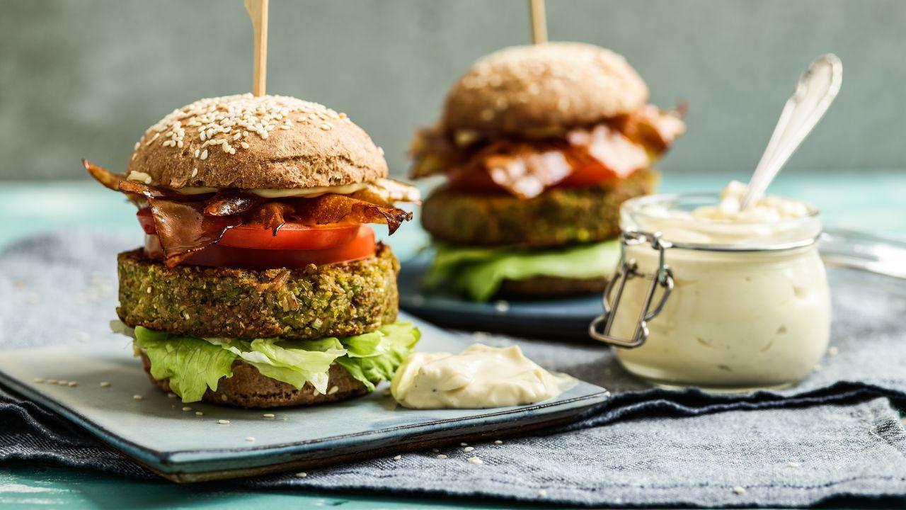 Erbsen-Burger mit veganem Speck