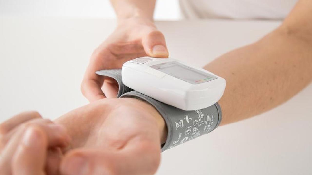 Expertenstreit um Bluthochdruck: Ab welchem Wert behandelt werden muss – Video