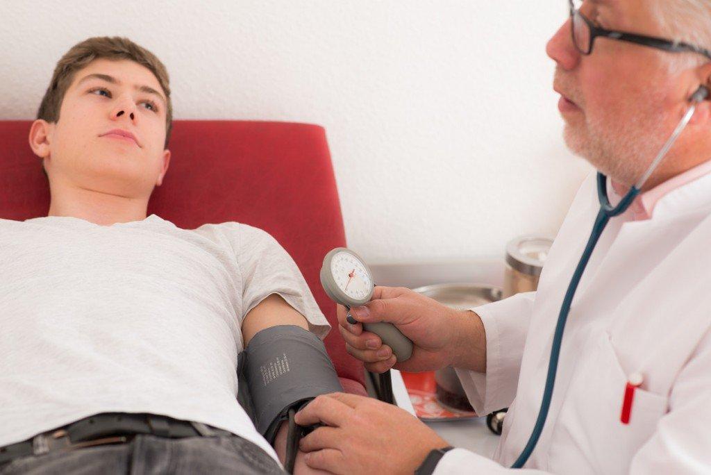 Blutdruck leicht erhöht – Auch dies kann ein Hinweis auf Hirnschäden sein!