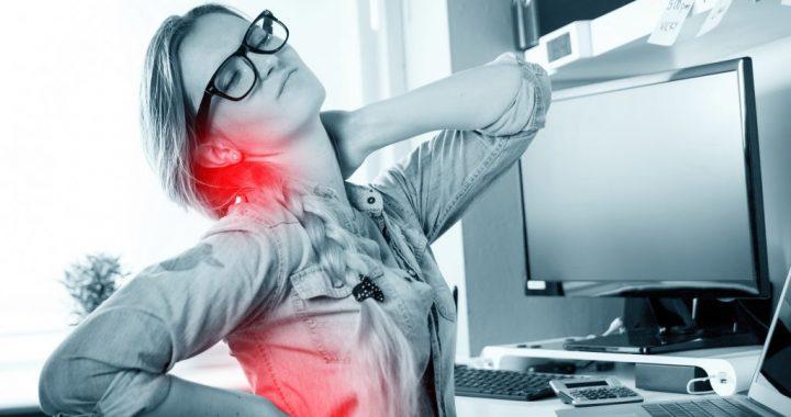 Zu langes Sitzen macht krank – Hier fünf Tipps gegen Rückenschmerzen