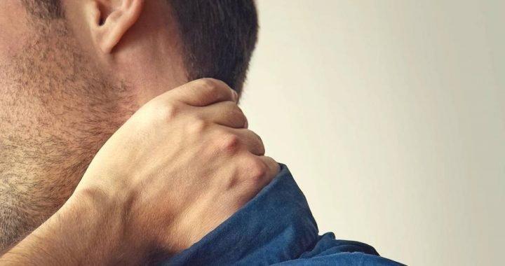 Mann erleidet Schlaganfall, weil er seinen Nacken knacken lässt