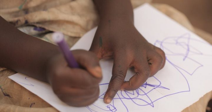 Wie Kindergärten mehr tun können, um Kinder zu unterstützen, die mit HIV Leben