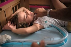 Eva hat eine seltene Krankheit. Wenn sie schläft, hört sie auf zu atmen