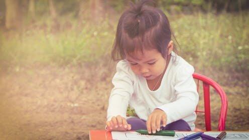 Schreiben und Lesen beginnt mit der Kinder hands-on zu spielen