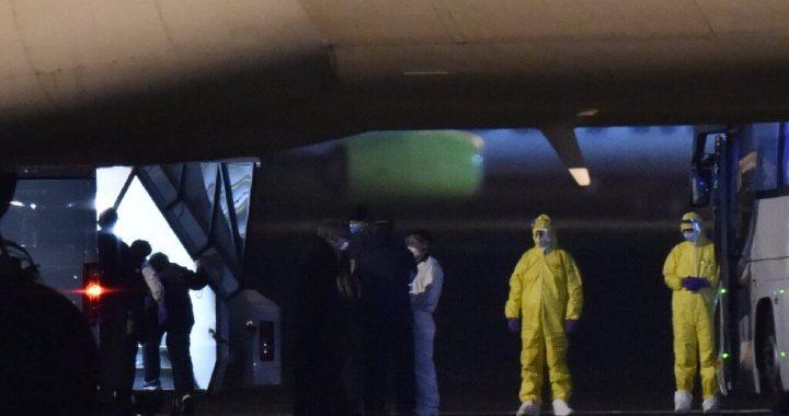 Infizierte Passagiere an Bord, die UNS Evakuierungen wie China virus-Maut mounts