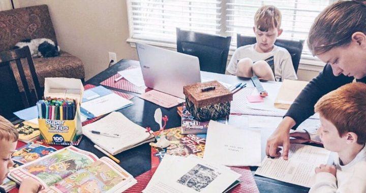 Berufstätige Eltern den Umgang mit der Corona-Virus unter Quarantäne gestellt wird, werden Gesicht, psychologische Herausforderungen