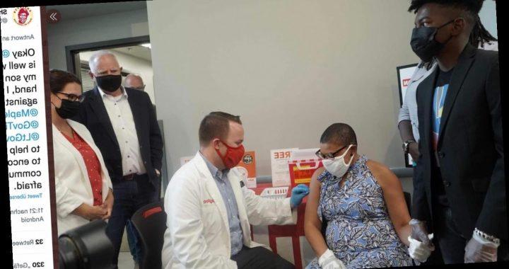 Mutter erfüllt den größten Geburtstagswunsch ihres Sohnes: Sie lässt sich impfen